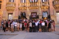 Foto de familia de estudiantes y autoridades en la puerta del Rectorado