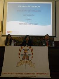 Mª Paz Díaz y José Antonio Carbonero (Fundecor) junto a Alejandra López de Sagredo (presidenta del Consejo de Estudiantes)