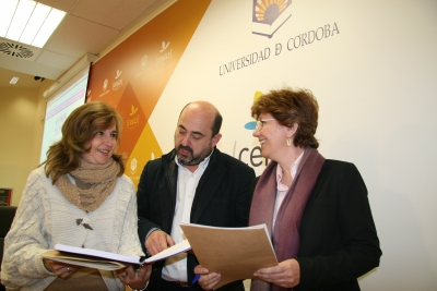 De izquierda a derecha, Rosario Mérida, Manuel Torres y Julia Angulo, en la presentación del estudio.