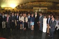 Foto de familia de autoridades asistentes a la clausura de curso de la Cátedra Intergeneracional