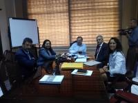 El profesor Arturo F. Chica con representantes institucionales de universidades ecuatorianas