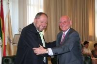 Manuel Torralbo y Rafael Navas Fossi se saludan tras la firma del convenio