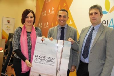 De izquierda a derecha, Mª Carmen Liñán, Alfonso Zamorano y Juan Pedro Monferrer, con el cartel del certamen.