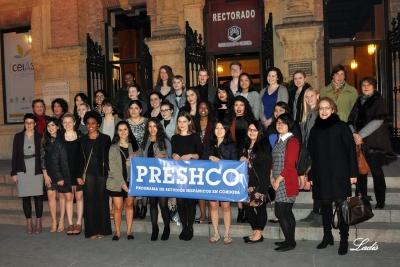 Foto de familia de autoridades académicas y participantes en el programa Preshco