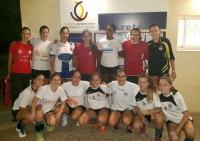 Las universitarias de la selección UCO antes del entrenamiento junto al resto de jugadoras de Adesal en la entrada del pabellón La Areté del campus de Rabanales.
