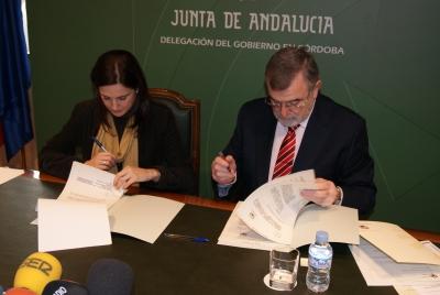 Un momento de la firma del convenio