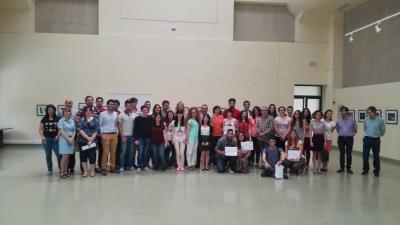 Foto de familia de autoridades y estudiantes en el acto de reconocimiento al alumnado participante en OrientaUCO