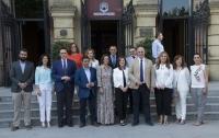 Foto de familia de autoridades asistentes a la inauguración del foro
