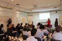 En la imagen aparecen las investigadoras del ceiA3 Dolores Pérez y Ana Garrido que han impartido la charla 'Nuevas Tecnologías y sensores para el control de calidad de alimentos'.