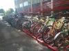 """Numerosas bicis aparcadas en la Facultad de Ciencias de la Educación. En primer término, bicicletas de """"A la UCO en Bici""""."""