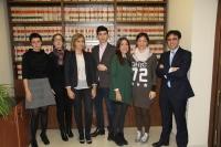 La vicerrectora y el vicedecano de Relaciones Internacionales, Nuria Magaldi y Antonio Bueno, en los extremos, junto a los alumnos y dos profesoras del programa de italiano.