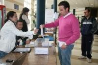 Un estudiante vota durante una jornada electoral en Rabanales