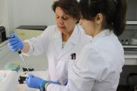 Noelia Morales y Nieves Abril en el laboratorio,