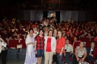 La vicerrectora de Vida Universitaria y Responsabilidad Social, Rosario Mérida (la primera por la derecha), con representantes de Manos Unidas y de la Asociación de Centros de Cultura Popular y Promoción de la Mujer, al inicio de la representación