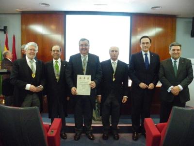En el centro el nuevo académico, acompañado por diversas autoridades y el rector de la Universidad de Córdoba.