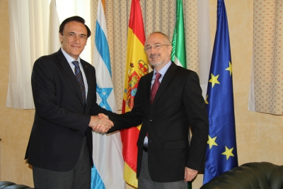 El rector José Carlos Gómez Villamandos saluda al embajador de Israel en España, Daniel Kutner