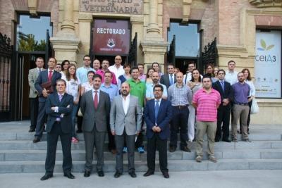 Foto de familia de autoridades universitarias, beneficiarios y empresas participantes del programa de becas de la Fundación Cajasur