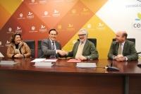 De izquierda a derecha, Carmen Balbuena, José Carlos Gómez Villamandos, Ignacio Fernández de Mesa y Rafael Navas, tras la firma del acuerdo.