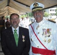 Librado Carrasco junto al general veterinario que le impuso la condecoración