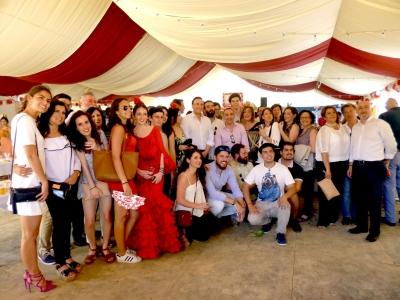 Foto de familia de autoridades académicas, estudiantes y premiados