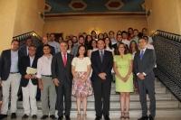 Foto de familia de autoridades y estudiantes participantes en el Programa Andalucía Open Future