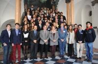 Autoridades y participantes tras el acto de presentación