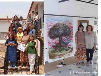 Grupo de artistas con representación de la Cátedra Intergeneracional. A la derecha, Irene Prada con una de sus obras en ejecución.