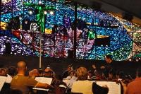 Lorenzo Ramos dirige la orquesta  en el salon Juan XXIII