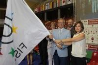 Victor Pronin recibe la bandera de la Fisu