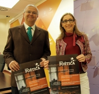 Juan Miguel Moreno y la vicerrectora Carmen Blanco posan con el cartel anunciador de UCOpoética