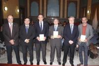 Foto de familia de autoridades asistentes a la presentación del libro