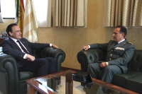 José Carlos Gómez Villamandos y el coronel Francisco Fuentes conversan en el despacho del rector