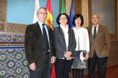 La vicerrectora de Investigación de la Universidad de Córdoba, María Teresa Roldán (segundo lugar por la izquierda), junto a los miembros del jurado: Alonso Rodríguez Navarro (izquierda), Ana Carmen Albéniz (tercera por la izquierda) y Nazario Martín León (derecha).
