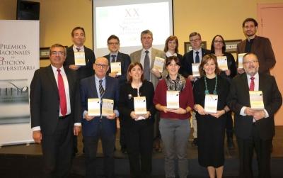 Juan Pedro Monferrer (el tercero por la izquierda de la segunda fila), en la foto de familia de la última edición de los premios nacionales de edición universitaria