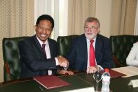 Zaini bin Ujang y José Manuel Roldán en la firma del convenio