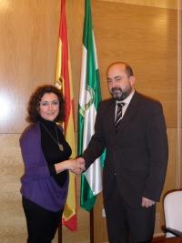 La delegada de Salud y el vicerrector de Estudiantes, tras la firma del convenio