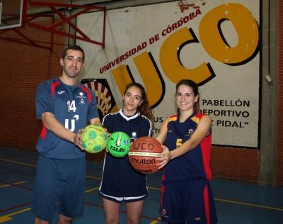 Alberto Requena y Alba Sánchez, capitanes de balonmano de la UCO, y Bea Bajo, de baloncesto