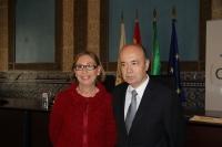La vicerrectora de Estudiantes y Cultura, Carmen Blanco junto al profesor Joaquín Roses, minutos antes de su conferencia.
