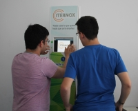 Miembros de Internox mostrando su desarrollo