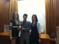 El equipo ganador, con el trofeo del torneo.