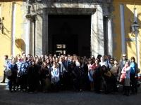 Alumnos y profesores a la puerta de la Facultad de Filosofía