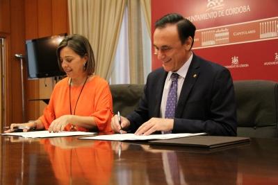 José Carlos Gómez Villamando e Isabel Ambrosio en la firma de convenios