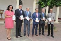 Foto de familia de autoridades asistentes a la presentación del libro.