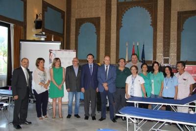 El rector, en el centro, junto a miembros del equipo de gobierno y personal del Centro de Transfusión, Tejidos y Células de Córdoba
