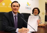 José Carlos Gómez Villamandos muestra la copia impresa de su candidatura acompañado de su coordinadora de campaña, Carmen Balbuena