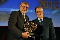 El rector recibe el premio de manos del presidente de la Junta Jose Antonio Griñán