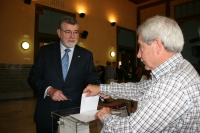El rector se dispone a votar