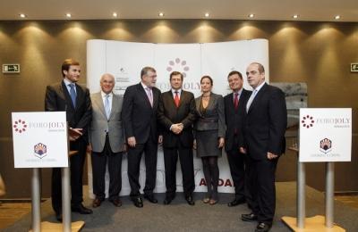 representantes del mundo universitario y del Grupo Joly con Marius Rubiralta ( en el centro)