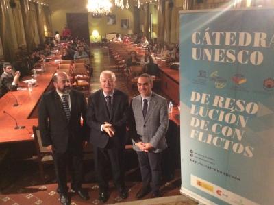 De izqda. a dcha. Manuel Torres, Miguel Ángel Moratinos y Alfonso Aguilar antes del inicio de la conferencia inaugural.