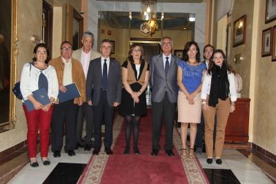En el centro, la vicerrectora de Estudios de Postgrado y Formación Continua, Julieta Mérida, con representantes de los Ayuntamientos firmantes y responsables de la Cátedra